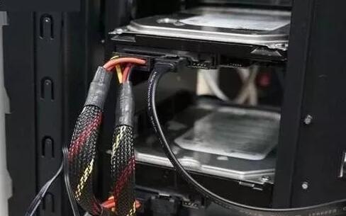 将旧电脑硬盘拆下安装到新电脑